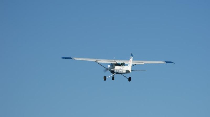 Cessna C152 fliegt nach dem Start in den blauen Himmel.