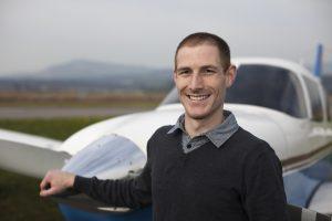 Portrait von Mark Morgenthaler vor der Piper Archer III HB-PPK