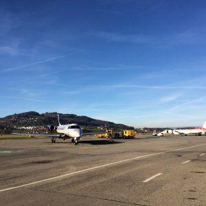 Vorfeld des Flughafens Bern-Belp mit Business Jet. Bereiten Sie sich mit flighttraining.ch auf Language Proficiency Check vor.