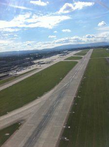 Blick auf die Piste und das Vorfeld des Flughafens Genf.