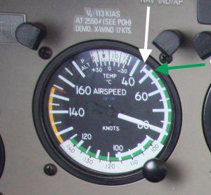 Airspeed Indicator einer Piper Archer III mit Markierungen für die Mindestfluggeschwindigkeit mit Klappen (weiss) und ohne (grün).