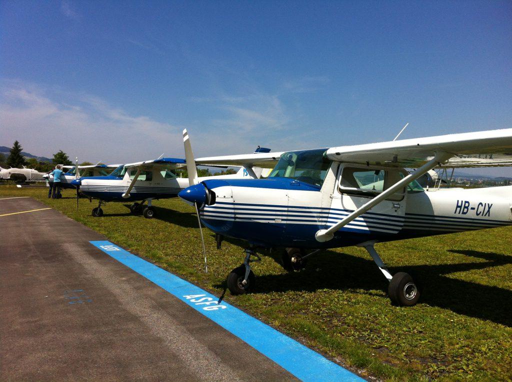 Die Cessna C152 ist das wohl am meisten genutzte Schulflugzeug überhaupt. Ein robustes Fahrwerk, ideale Langsamflugeigenschaften und viele weitere Stärken machen es zum idealen Schulungsflugzeug.