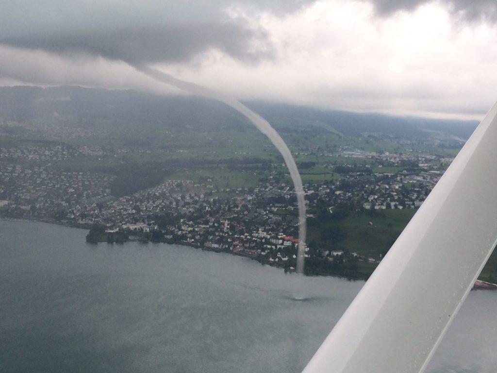 Wasserhose, die vom Zürichsee bis zu den Wolken steigt.
