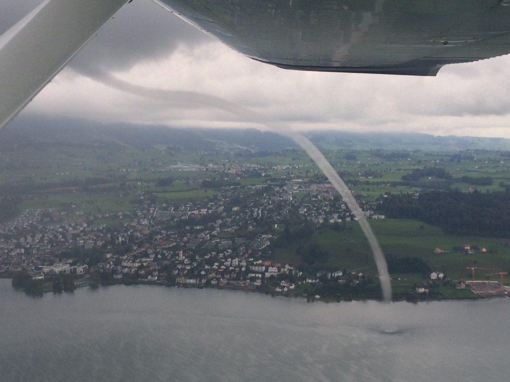 Wasserhose auf dem Zürichsee, gesehen aus dem Cockpit einer Cessna C152 bei einem Schulungsflug